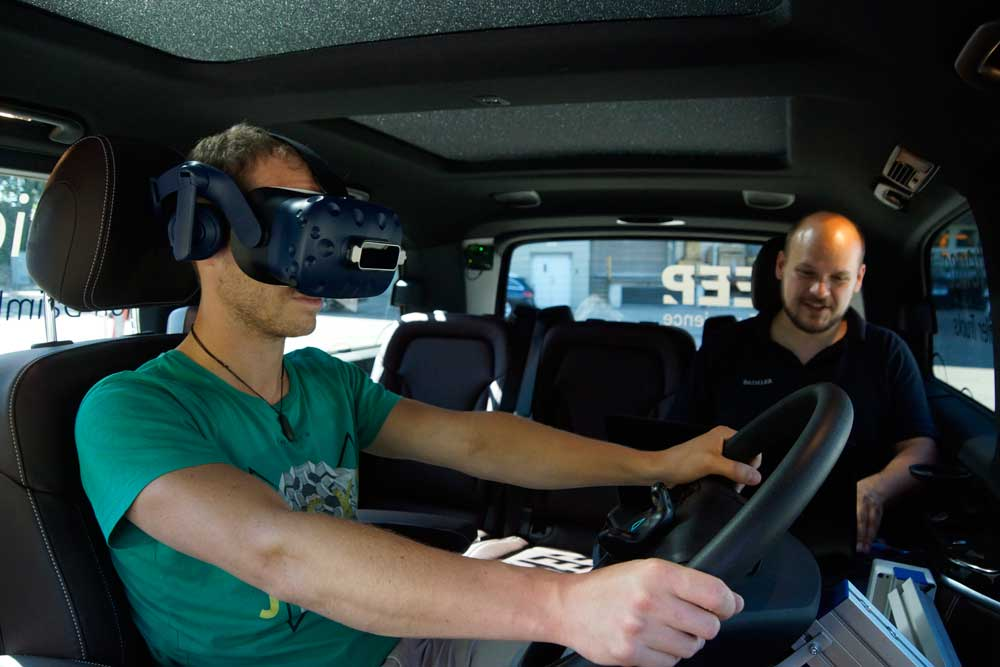 daimler-trucks-mobile-simulator-01