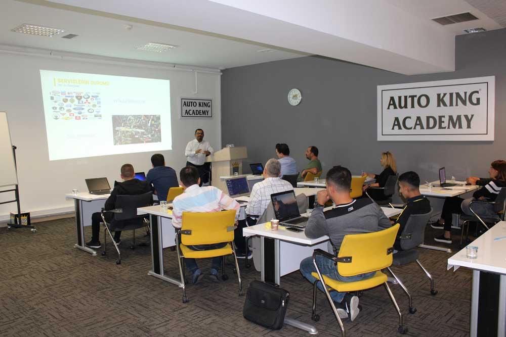 Auto King'in uzman eğitmenleri, süreci simülatif olarak da destekliyor.