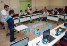Tofaş, öğrencilere robotik kodlama eğitimi veriyor.
