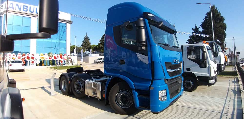 İstanbul Fiat'ın açık teşhir alanında 55 adet araç sergilenebiliyor.