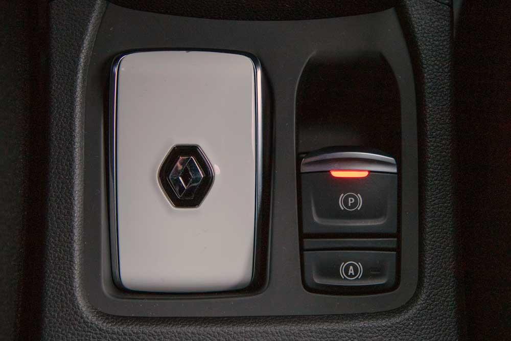 Yeni Clio, geleneksel kadranların yerine ilk kez kişiselleştirilebilir TFT sürücü ekranı ile sunuluyor.