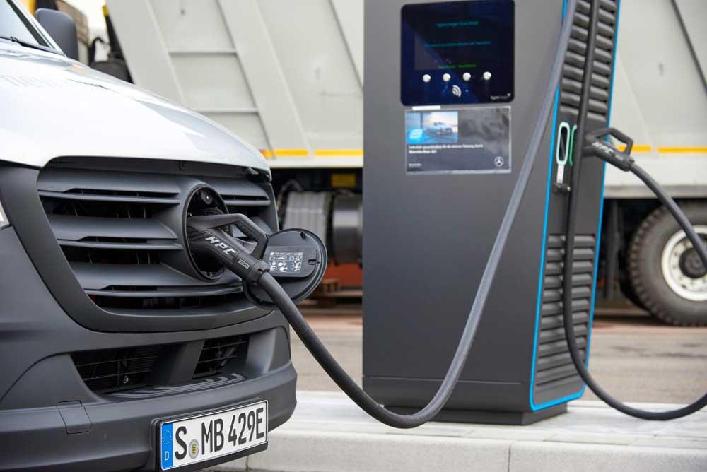 daimler-charging-van
