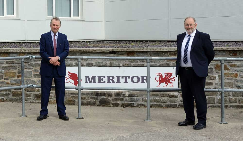 meritor-Rt-Hon-Simon-Hart-Secretary-of-State-for-Wales-(left)-with-Tony-Williams,-Meritor-Director-of-eMobility-and-Advanced-Technology-on-announcement-of-APCUK-combined-funding