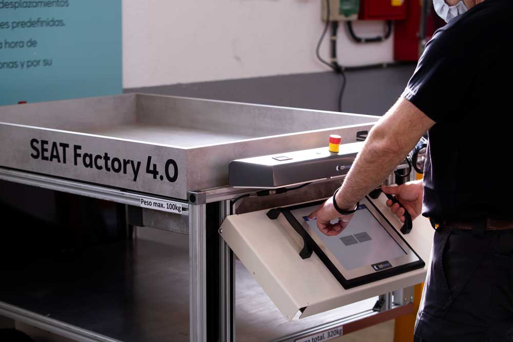 SEAT_SA_introduces_autonomous_mobile_robots_at_the_Martorell_plant_03_HQ