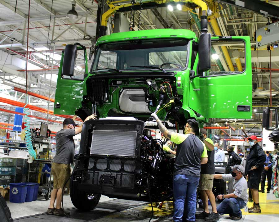 volvo-trucks-manhattan-beer-first-volvo-vnr-electric-on-production-line1-(1)